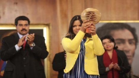 María Gabriela Chácez con un premio en la mano