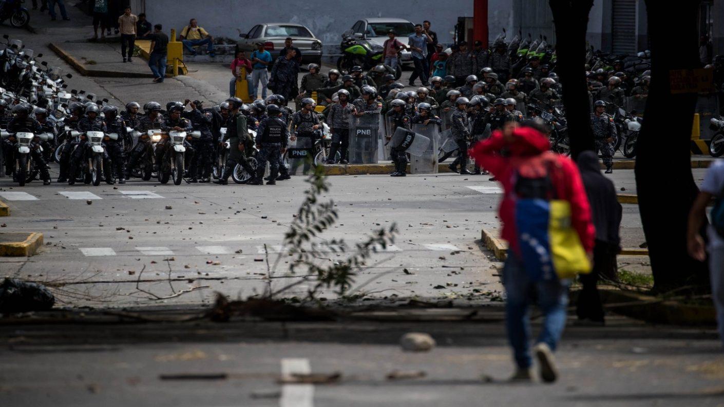 Estudiante UCV frente a piquete de policía