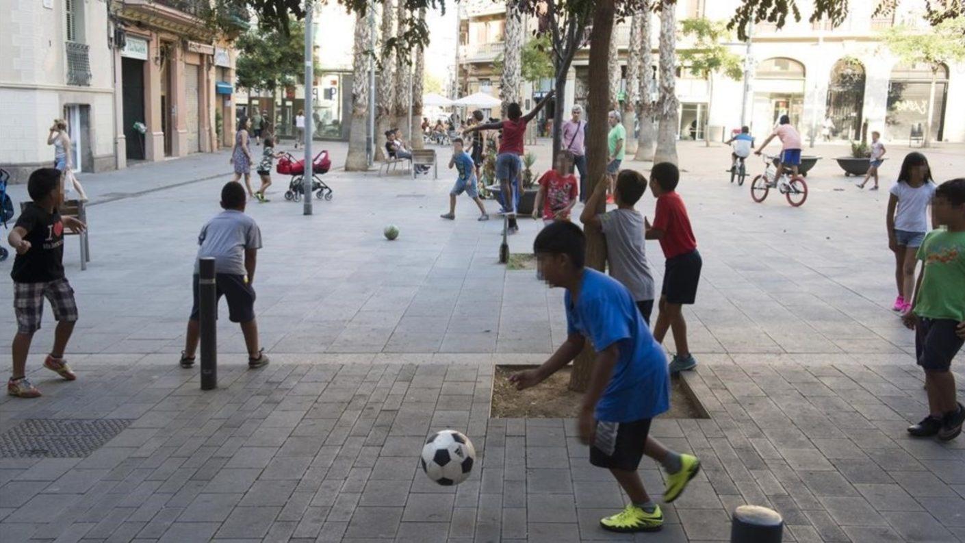 Los niños en Barcelona pueden volver a jugar fútbol en la calle