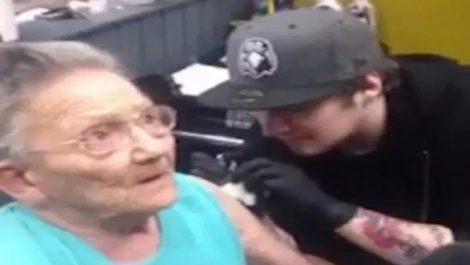 Abuelita se escapó de asilo para hacerse su primer tatuaje