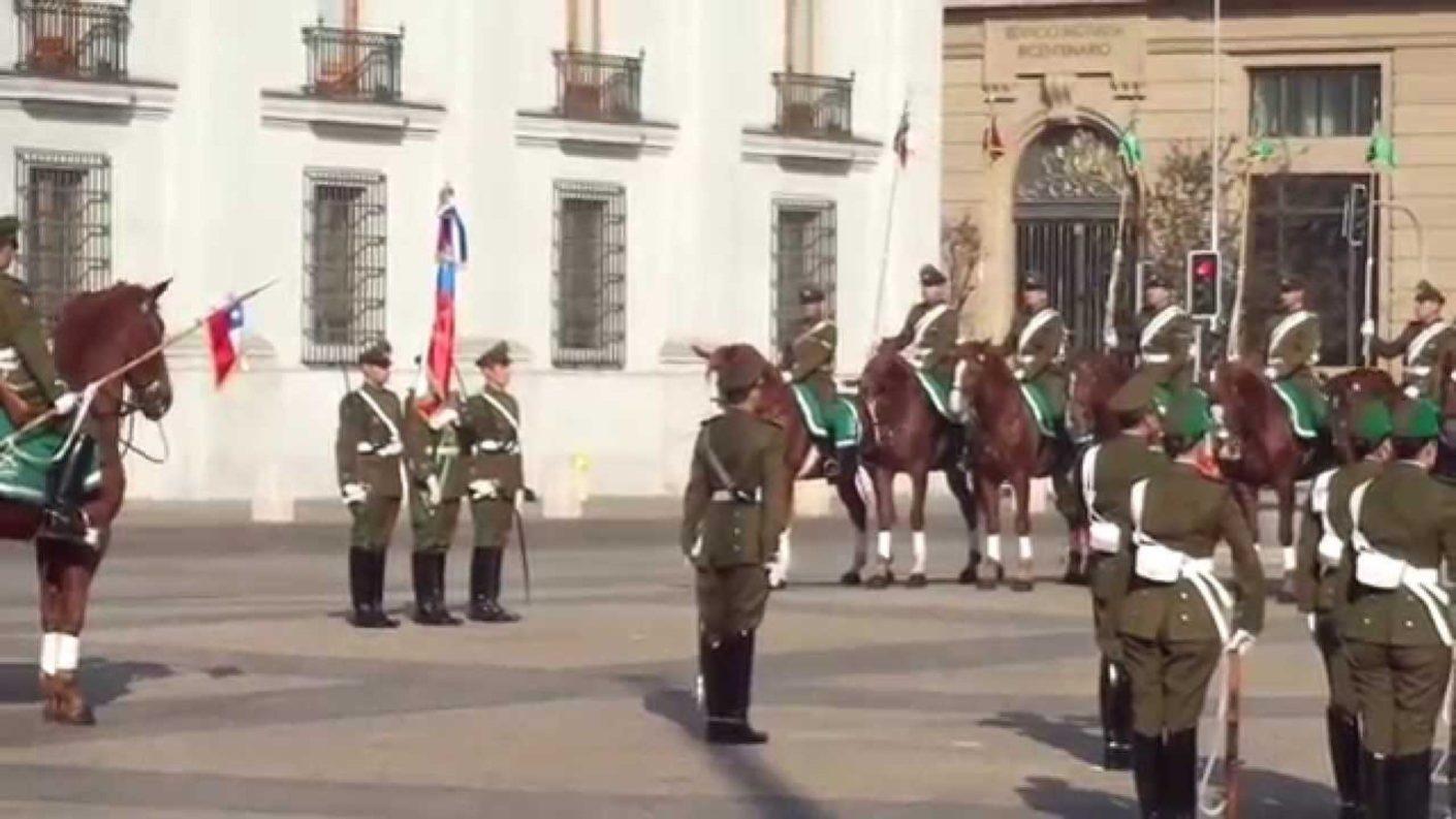 Carabineros de Chile honran tocando el Alma Llanera en La Moneda