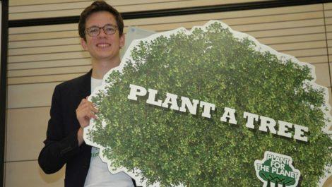 Joven ecologista de 21 años tiene la meta de sembrar un billón de árboles