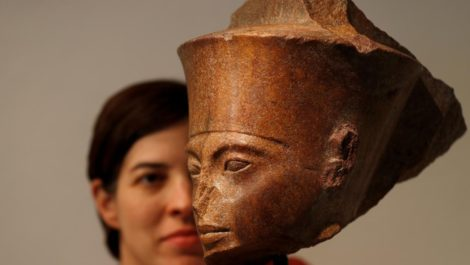Un busto de Tutankamón enciende una pelea centenaria por antigüedades