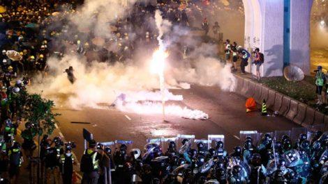 Protestas en Hong Kong dejan seis heridos por ataque con cuchillo