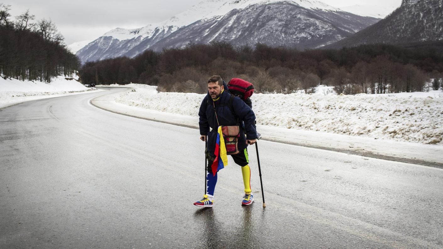 Venezolano con pierna de metal caminó hasta Argentina para inspirar a su hija