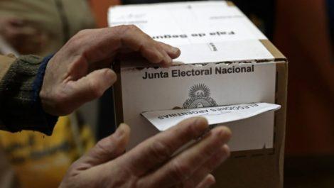 Argentina debate su futuro con primarias decisivas entre los Fernández y Macri