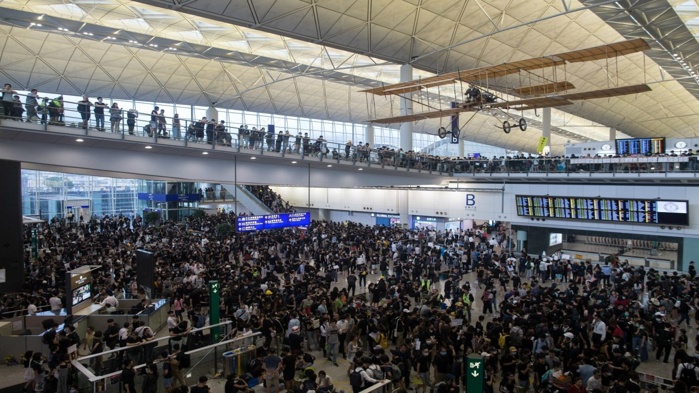 Miles de pasajeros varados en Hong Kong por protestas en aeropuerto