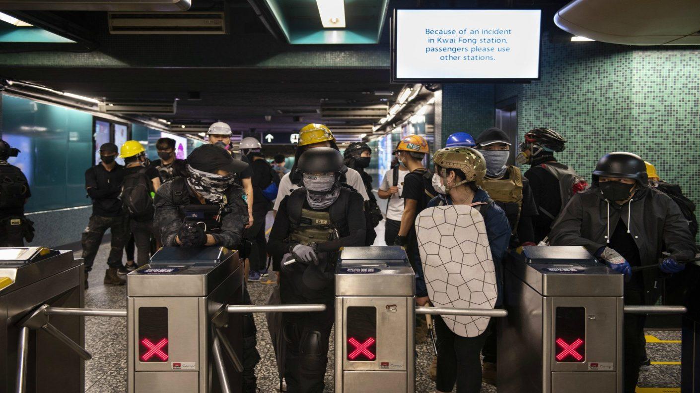 Nueva ola de protestas en Hong Kong desata miedo por presencia de mafiosos