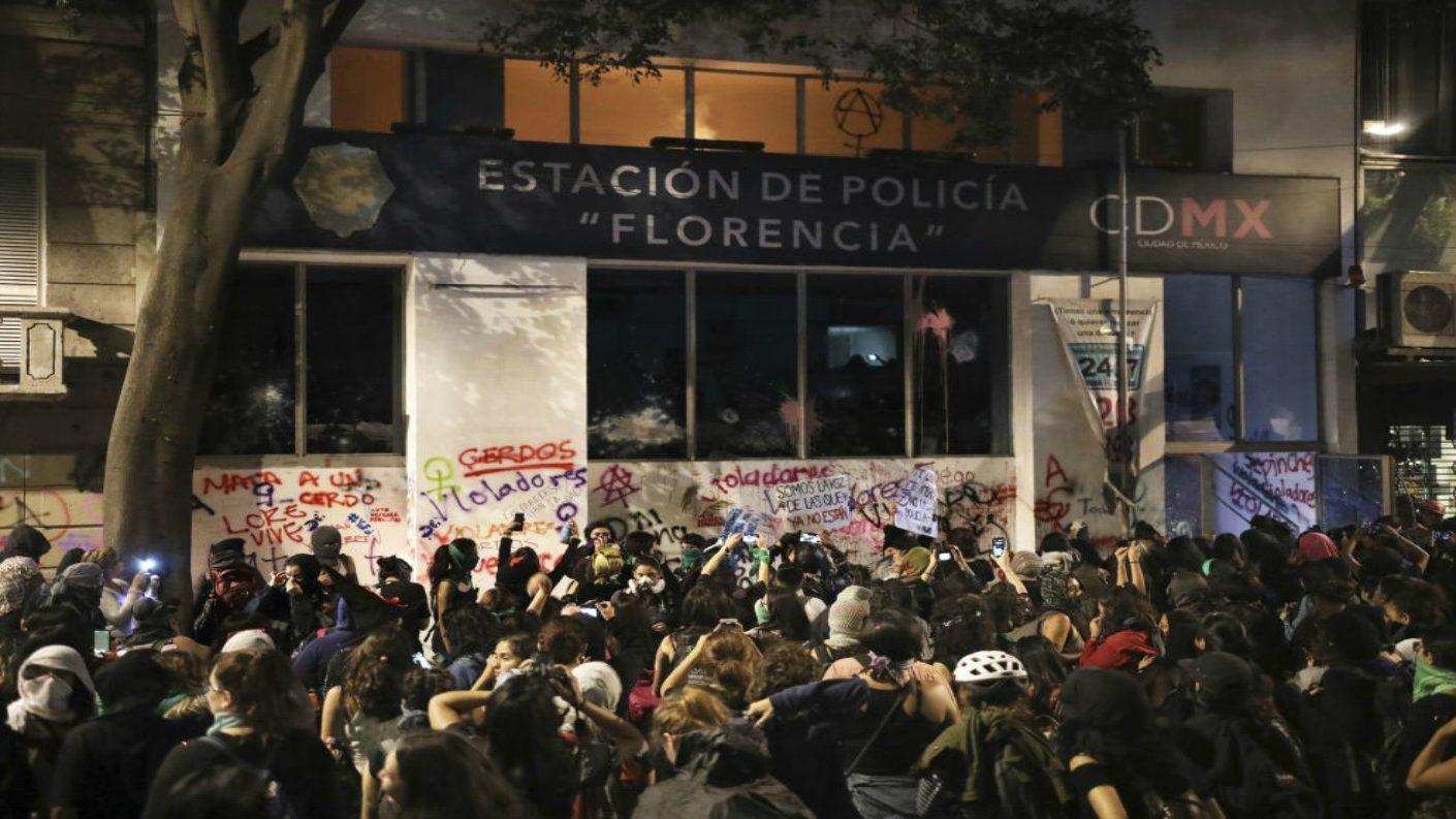Protesta de mujeres mexicanas contra violaciones terminó en destrozos