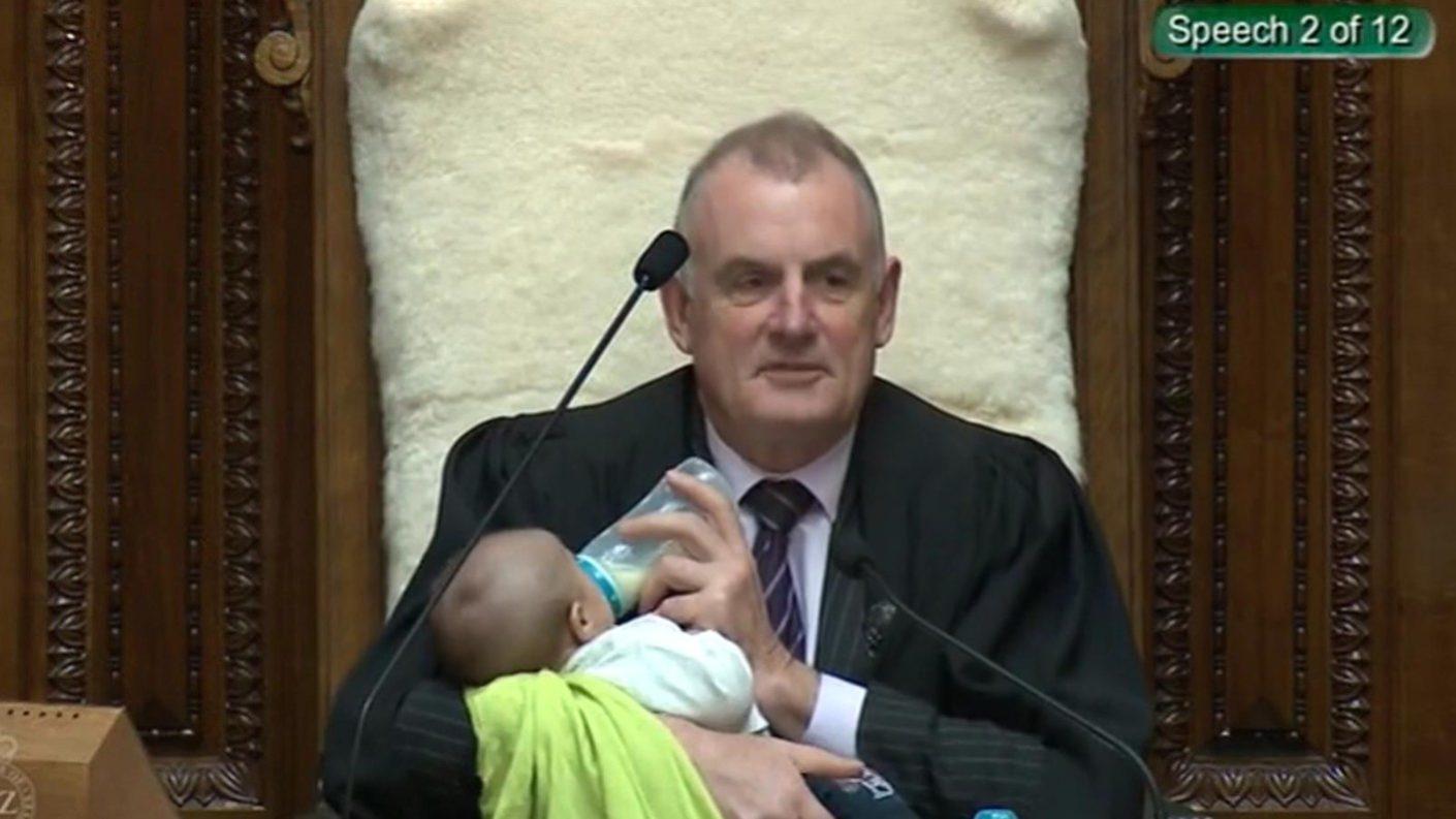 Presidente de parlamento alimenta a bebé durante la sesión