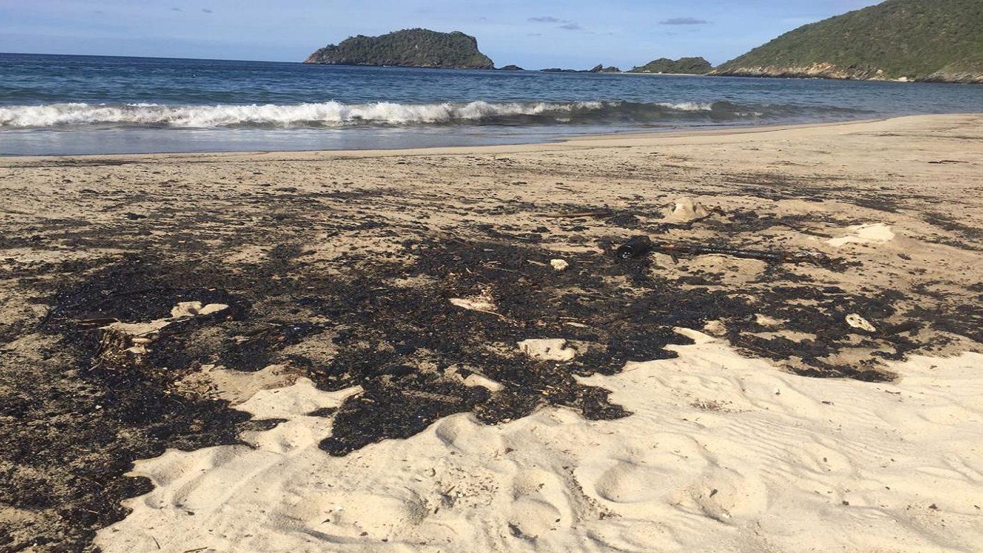 Derrame petrolero impide acceso a Bahía de Cata