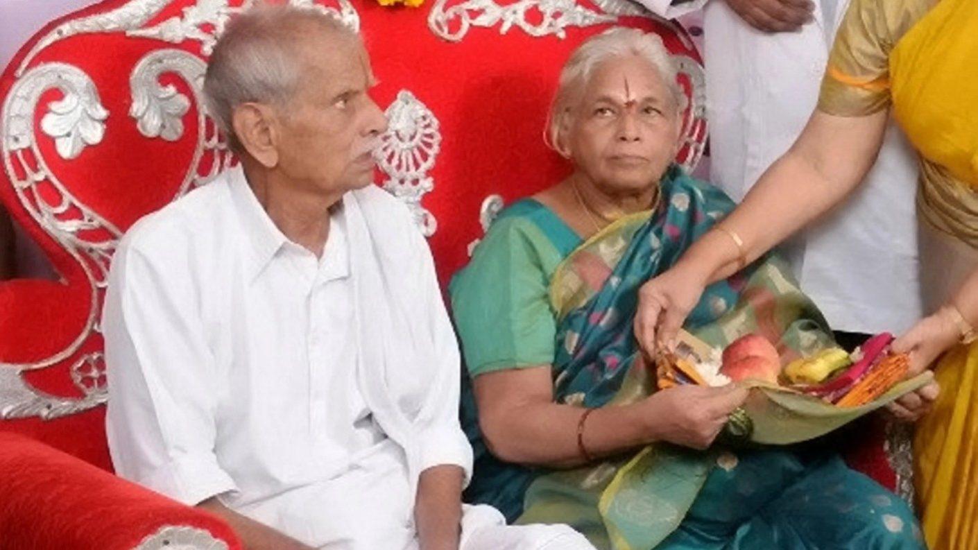 Mujer de 73 años en India pare gemelos por cesárea