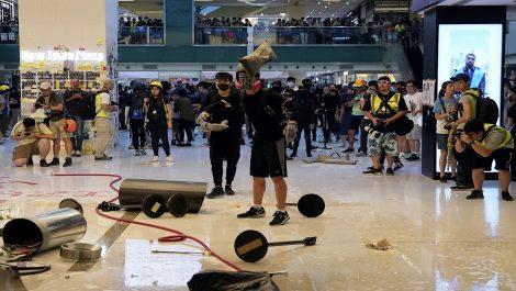 Manifestantes en Hong Kong atacan centros comerciales y al metro