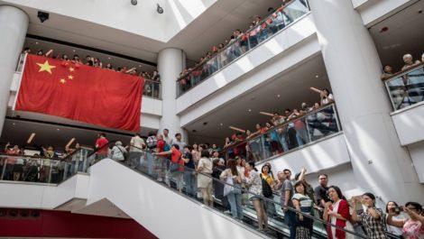 Hong Kong vive nuevamente intensos enfrentamientos entre manifestantes