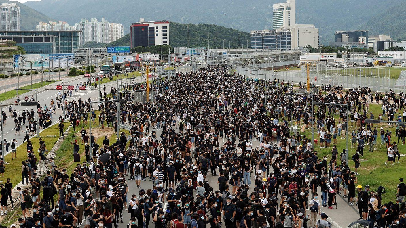 Manifestantes bloquearon los accesos al aeropuerto de Hong Kong