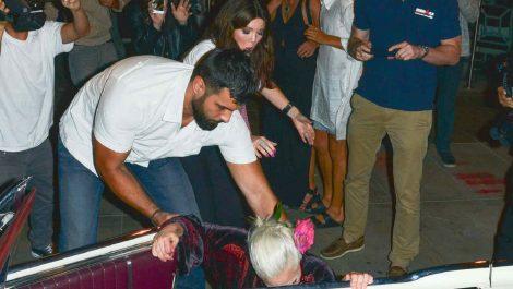 Lady Gaga se 'tambalea' y cae al piso antes de llegar a un convertible