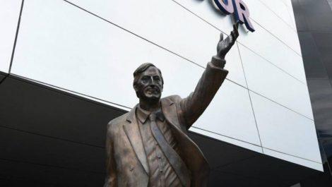 Retiran estatua de Néstor Kirchner en edificio que era de Unasur