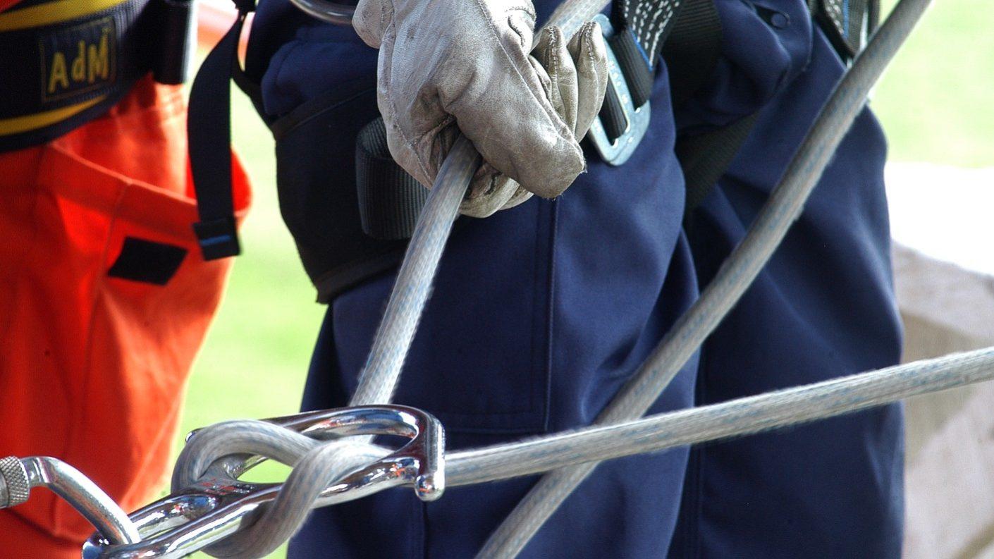 Mujer se amarra a una cuerda y logra rescatar a niña a punto de caer al vacío