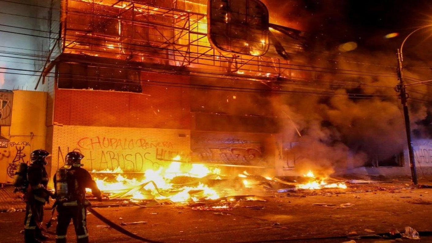 Chile amaneció con tres muertos por incendios pese a suspensión de tarifas