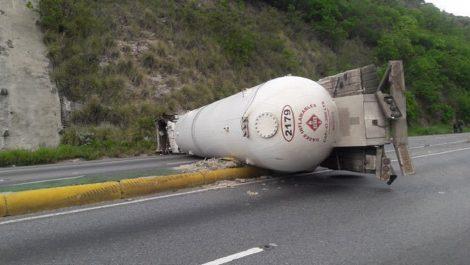 Gandola de Pdvsa Gas se volcó en la autopista Caracas-La Guaira