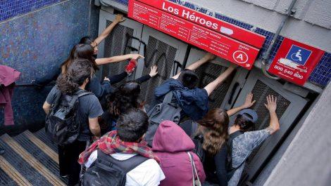 Chile vive violentas protestas contra el alza de tarifas del metro