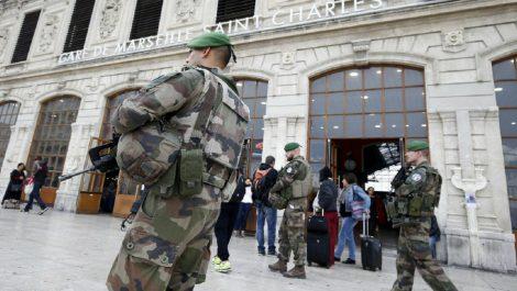 Hombre asesina con arma blanca a cuatro oficiales en París