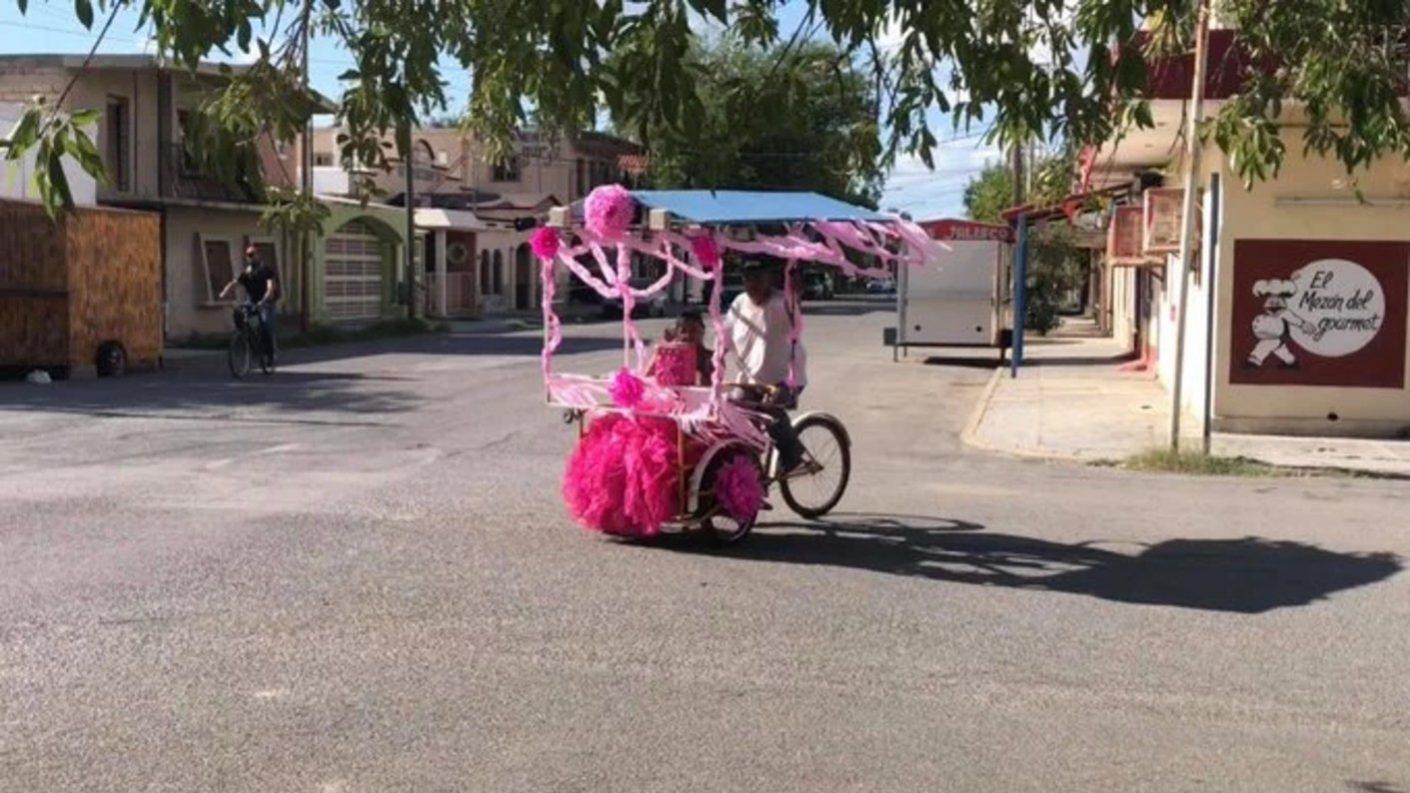 Papá en México pasea a su hija de 15 años en triciclo y se hace viral