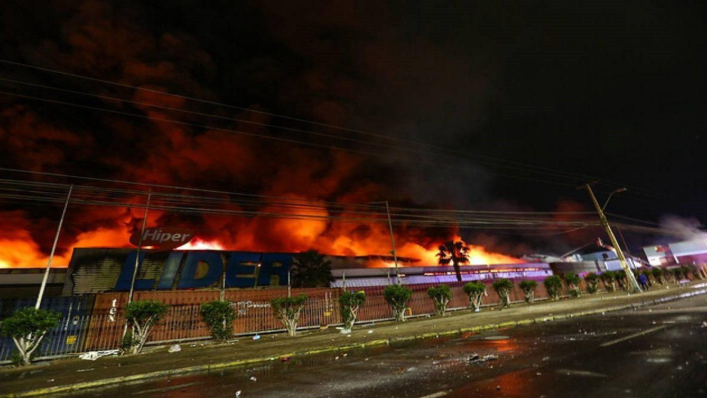 Chile: manifestantes saquearon un supermercado y desataron incendio