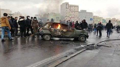 Alza del 50% en precio de gasolina estalla protestas en Irán: un policía murió