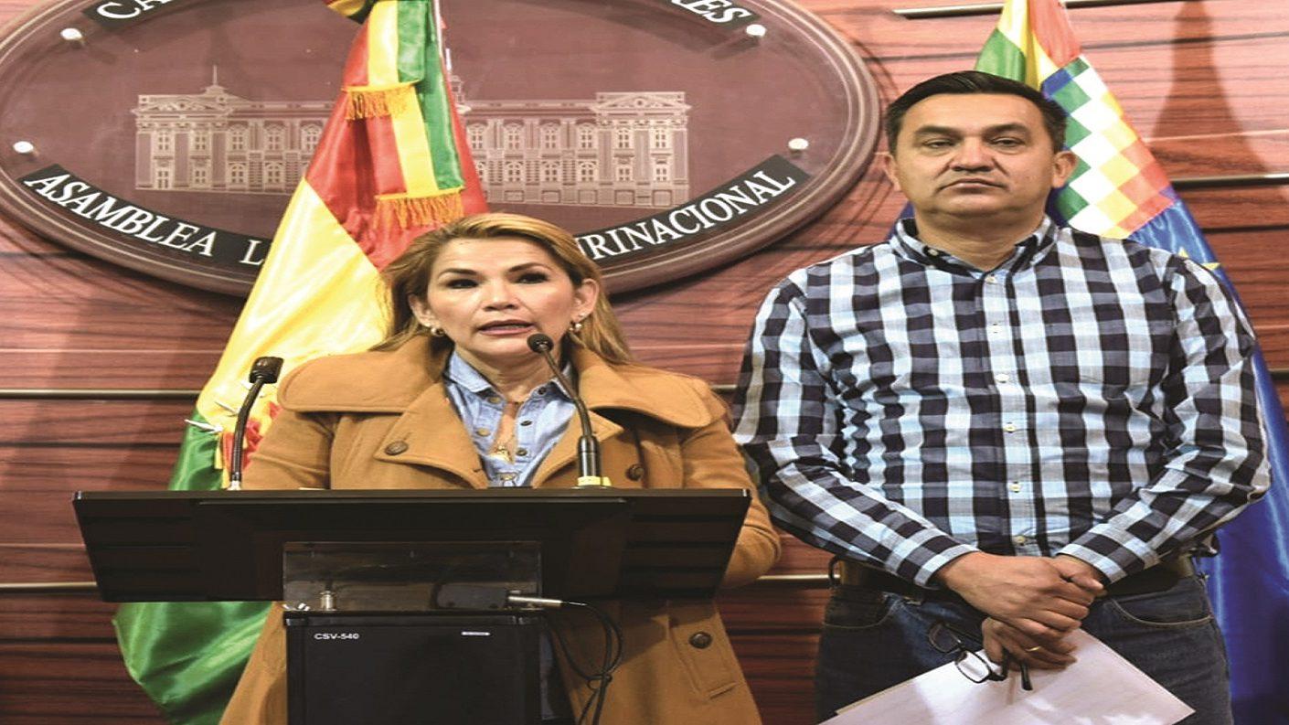 Senadora opositora Jeanine Áñez anuncia que asumirá la presidencia de Bolivia