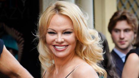 Acusan a Pamela Anderson de apropiación cultural por usar un penacho