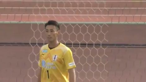 Portero japonés recibe dos goles de media cancha en menos de 5 minutos