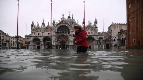 Histórica inundación dejó al 80% de Venecia bajo el agua y causó dos muertos