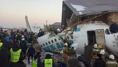 Avión con 100 pasajeros a bordo se estrelló en Kazajistán causando al menos 15 muertos