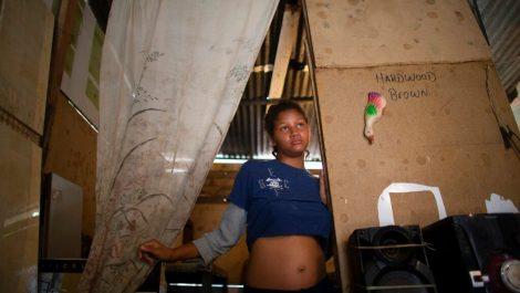 Adolescentes venezolanas combinan embarazo y hambre