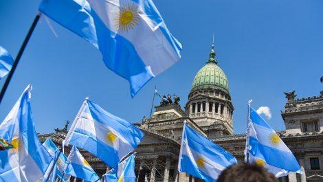 Argentina: 30% de impuesto a compra de divisas y tarifas de servicios congeladas