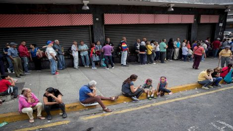 Largas filas para comprar con el petro inundan Caracas: EFE