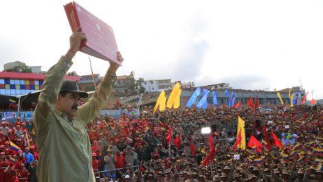 Maduro quiere «que cada miliciano tenga su fusil y su misil»