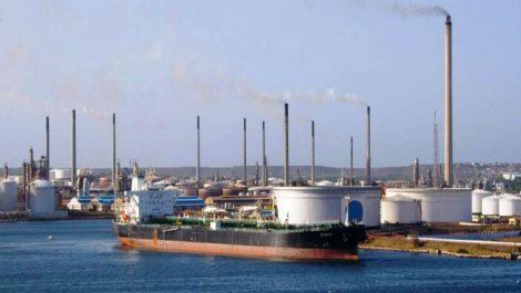 Venezuela define acuerdo para operar refinería de Curazao por un año más