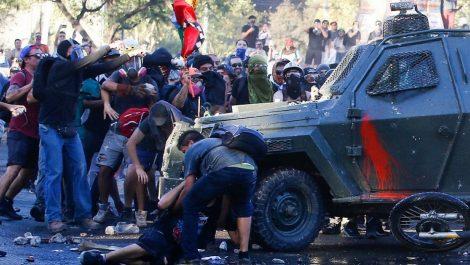 Tanqueta atropella a un manifestante y agrava la imagen de la policía en Chile
