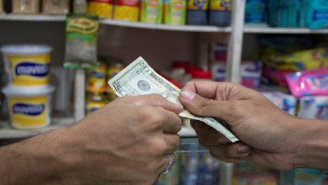 Bloomberg: ANC considera poner un impuesto a transacciones en dólares