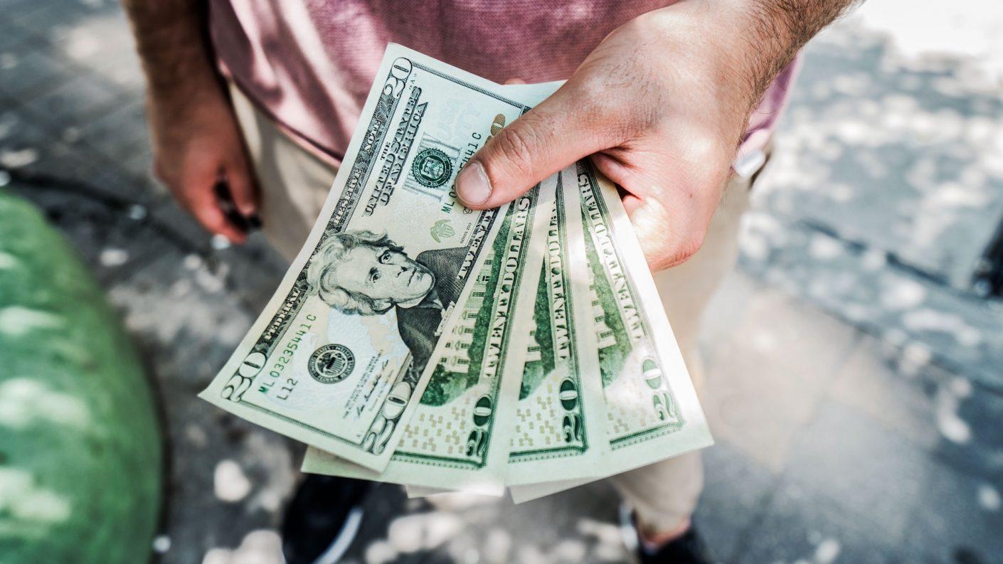 Experto califica el impuesto al dólar como un maquillaje a la economía