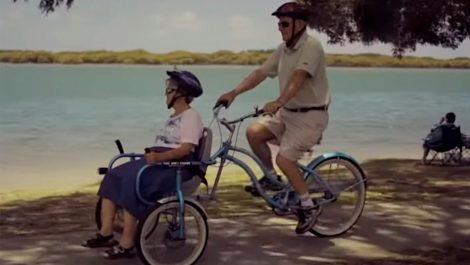Un hombre construye bicicleta especial para pasear con su esposa que tiene Alzheimer