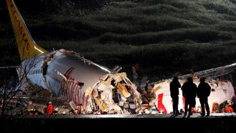 Avión se parte en tres al aterrizar en Estambul y deja al menos 52 heridos