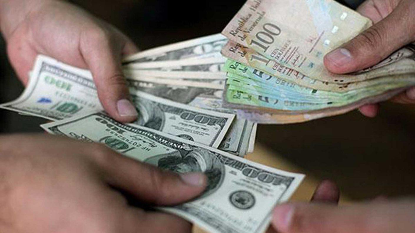 Dólar abre la semana en 900.000 Bs y el salario mínimo se reduce