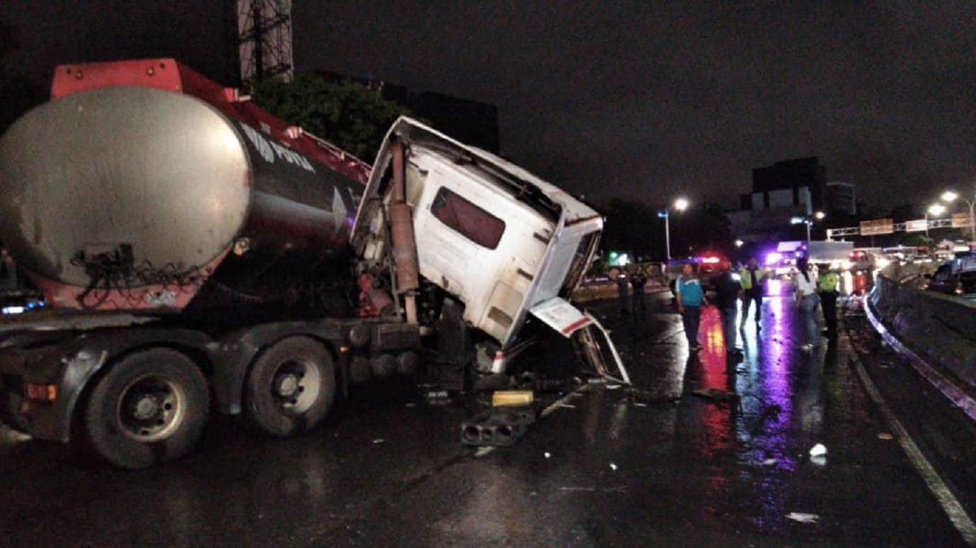 Gandola de Pdvsa Gas se volcó en la Francisco Fajardo generando fuerte retraso vehicular