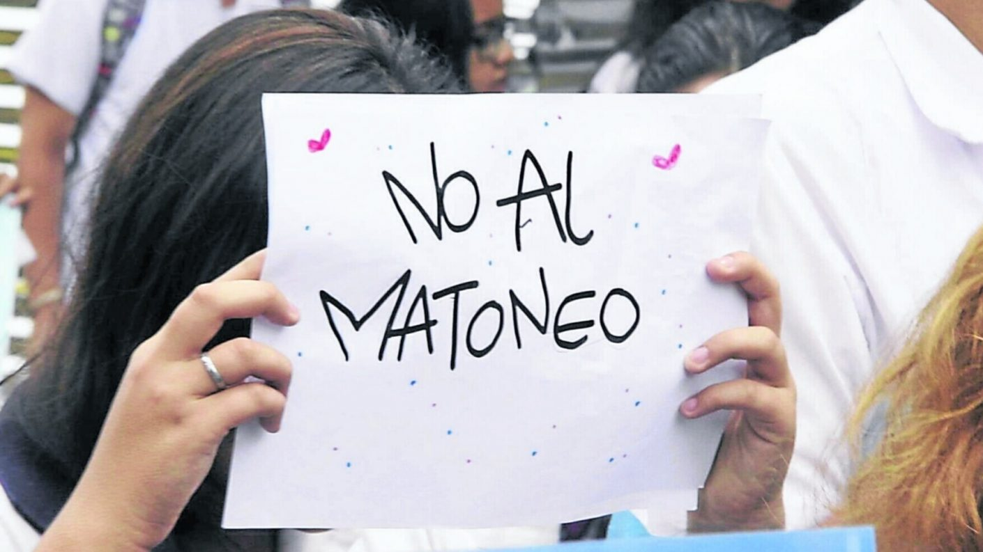 Colombia: Entre 10 compañeras golpean a una niña hasta dejarla inconsciente y luego le cortan el cabello