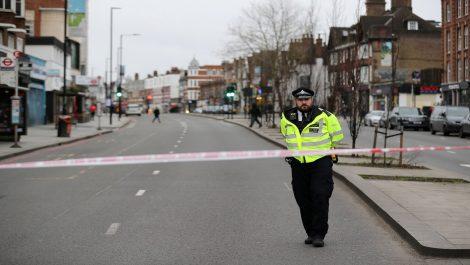 En Londres la policía abate a un hombre que apuñaló a tres personas