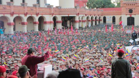 Maduro recibe entre vítores la reforma de la Ley Orgánica de la FAN