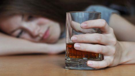 Madre dejaba que hombres abusaran de sus hijos a cambio de alcohol